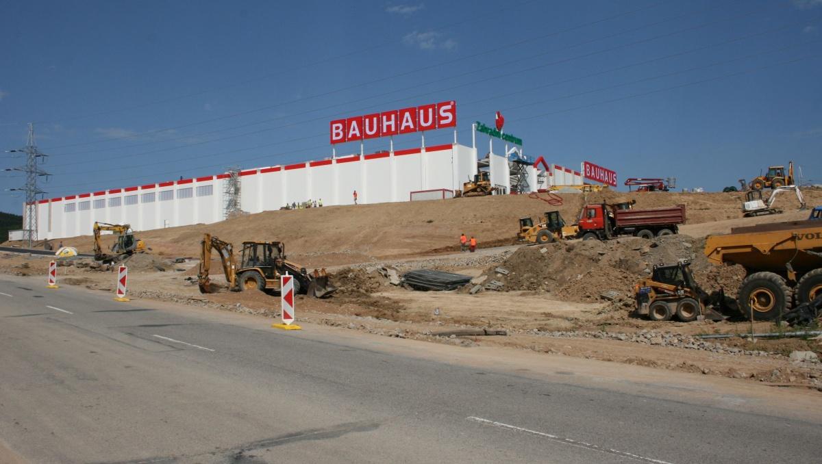 V areálu BAUHAUSu byly vztyčeny stožáry osvětlení, jde o černou stavbu