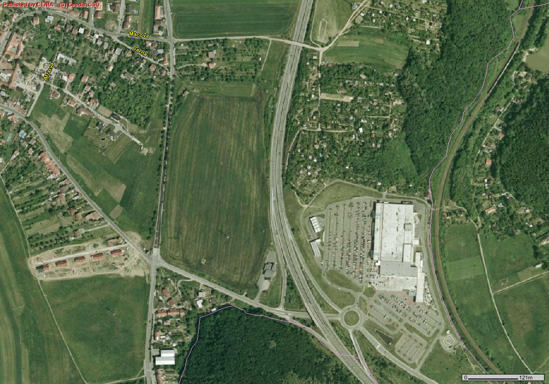 Výzkum NESEHNUTÍ: za 7 let zabraly nákupní řetězce plochu 900 fotbalových hřišť