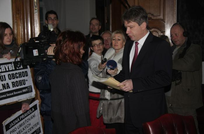 Primátor převzal 4 600 hlasů  pro pestrou a hustou síť obchodů v Brně
