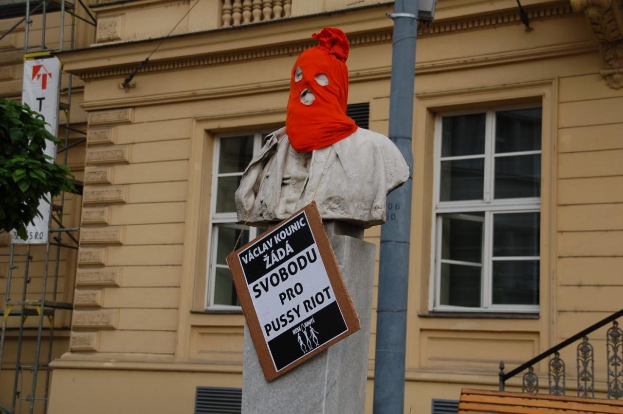 Brněnské sochy žádají propuštění Pussy Riot
