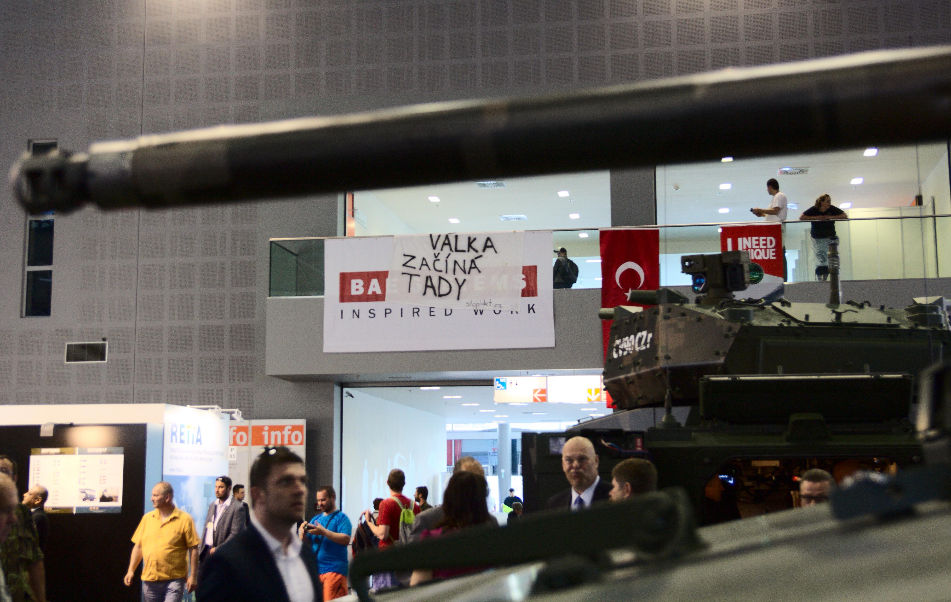Srovnání statistik o vývozech českých zbraní odhalilo rozdíly v hodnotách milionů eur